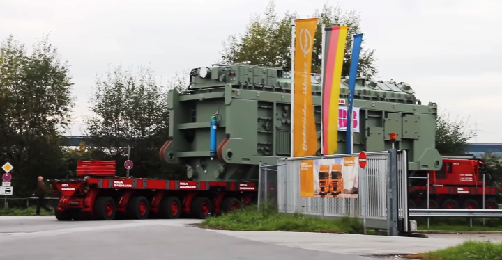 SPMT (Self-propelled modular transporters) biggest vehicle machine